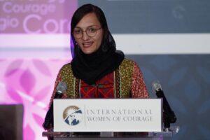 """Chi è Zarifa Ghafari, la sindaca più giovane dell'Afghanistan che teme per la sua vita: """"I Talebani mi uccideranno"""""""