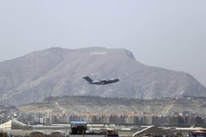 Afghanistan, gli Usa lasciano dopo 20 anni: ultimo volo da Kabul, Paese in mano ai talebani