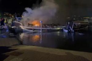 Barca a vela in fiamme nel porto, muore la skipper 29enne: stava dormendo dopo una giornata di lavoro