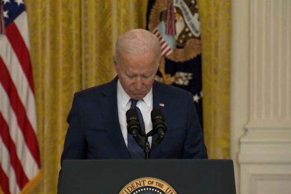 """Attentati di Kabul, le lacrime di Biden in tv: """"Non perdoneremo, vi daremo la caccia"""""""
