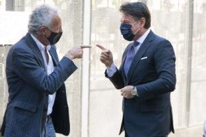 """Travaglio e il Fatto dettano la linea a Conte: i talebani diventano """"distensivi"""" ma anche Di Maio lo boccia"""