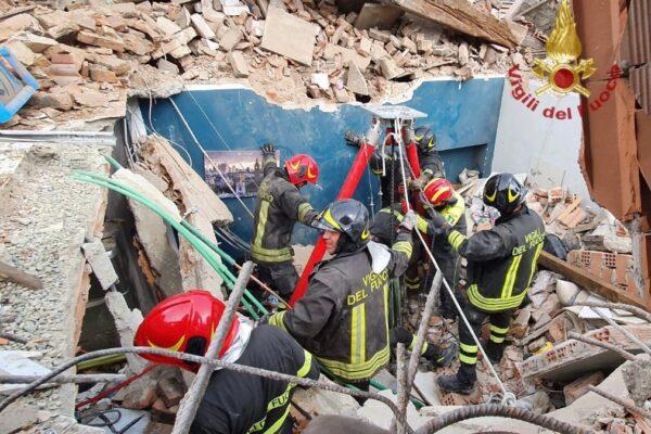 Crolla palazzina a Torino, trovato morto tra le macerie bimbo di 4 anni: altre tre persone in salvo