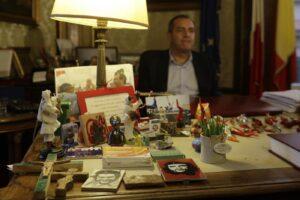 Gli assessori lo abbandonano ma de Magistris (dalla Calabria) resta attaccato alla poltrona di sindaco