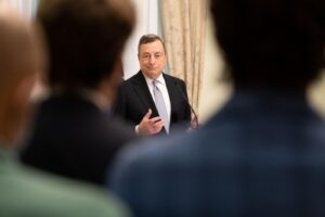 """Draghi dà i compiti a casa per gli italiani: """"Vaccinatevi e rispettate le regole"""""""