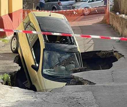 Auto precipita nella voragine, a Fuorigrotta 850 famiglie senza acqua e gas da ore