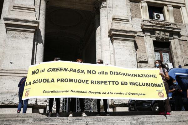"""Il Tar boccia i prof 'no green pass': """"Corretto sospenderli senza stipendio se privi di certificato"""""""