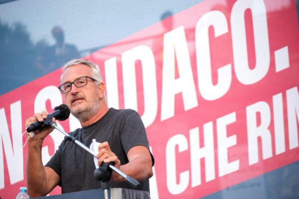 Bobo Craxi e la campagna elettorale per Roma tra maglietta, chitarra e socialismo dei padri