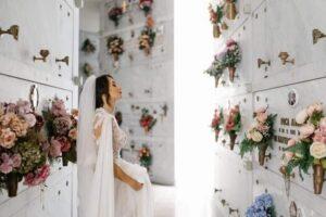 """Sposa al cimitero, la foto virale di Alessia: """"Passiamo a salutare papà"""""""