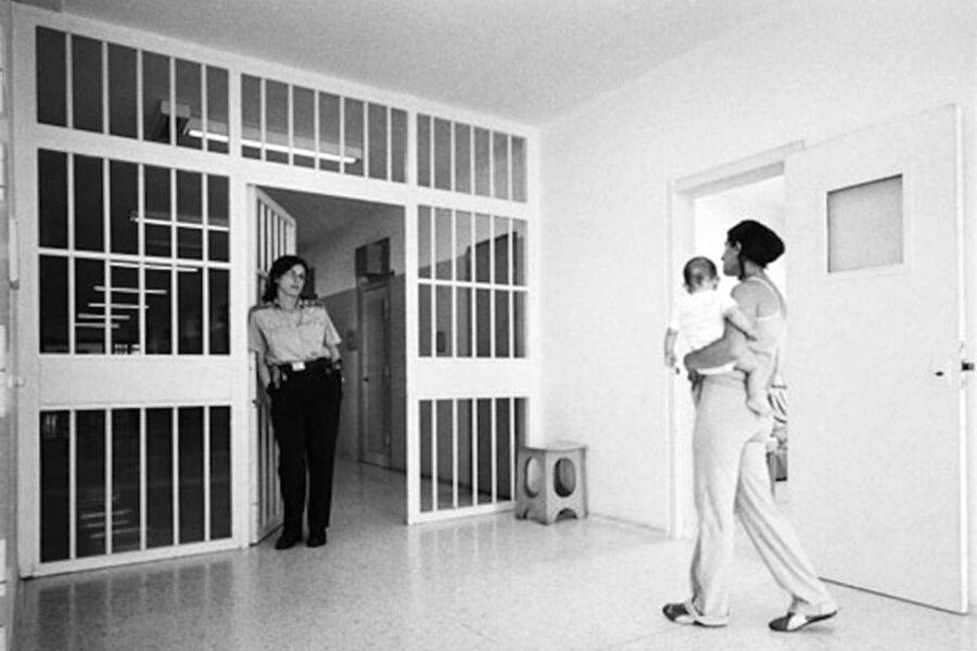 Partorisce da sola in cella, perché stava in carcere?