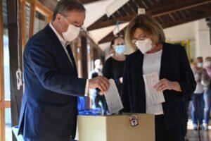 Elezioni Germania, gaffe del candidato della Merkel: Laschet piega male scheda e rende voto visibile