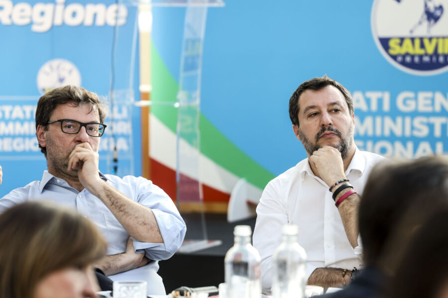 Lega in subbuglio, Salvini deve decidere con chi stare per evitare la scissione