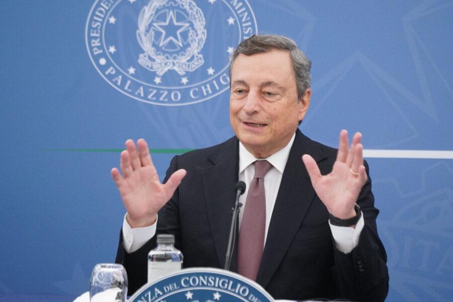 """""""No vax vigliacchi, si all'obbligo di vaccino"""", Draghi liquida la Lega"""