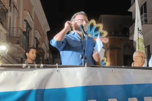 """Cita Vendola e si tocca l'orecchio, il gesto omofobo dell'ex sindaco pugliese: """"Innaturale e spontaneo"""""""