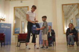 """Federica Pellegrini consegna 20 borse di studio ai bambini di Napoli: """"Il nuoto è il modo per trasmettere valori"""""""