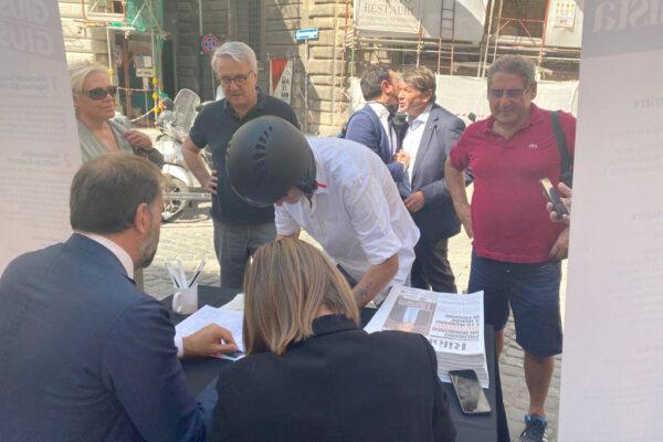 Buzzi e Carminati firmano per il referendum giustizia col Riformista: centinaia le adesioni a Roma