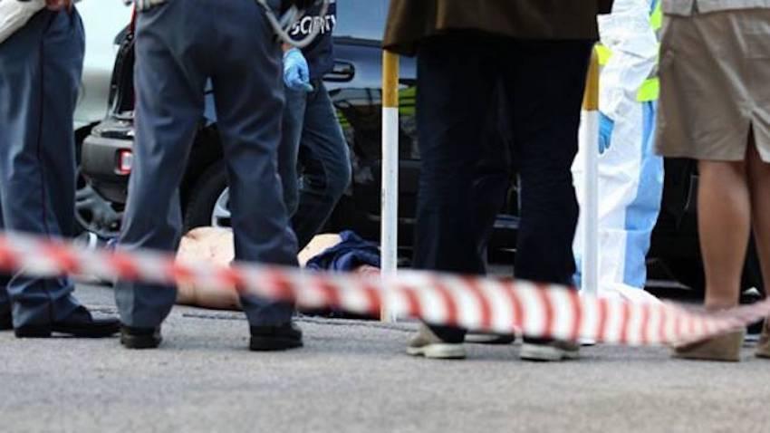 Agguato a Napoli, uomo trucidato mentre gioca a carte: è guerra di camorra