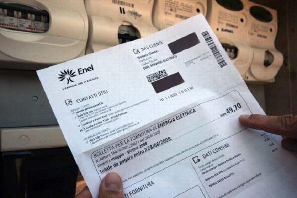 Perché le bollette di elettricità e gas aumenteranno del 40 per cento: un rincaro da 500 euro a famiglia