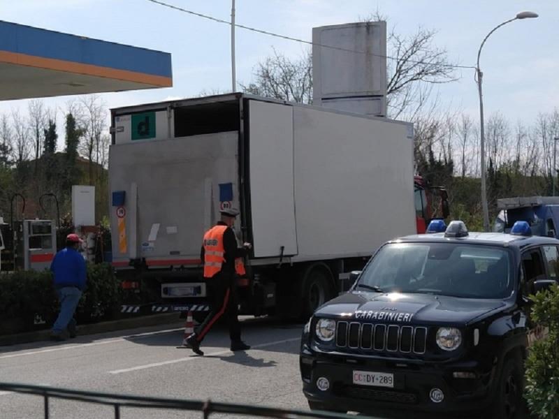 Camionista uccide dipendente di un distributore di benzina, poi inscena l'incidente: incastrato dalle telecamere