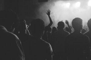 In 400 ballavano senza mascherina, chiuso un locale di Ostia