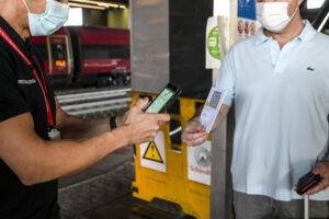 Green pass obbligatorio, nel privato stipendio subito sospeso per chi è senza: multe fino a 1500 euro