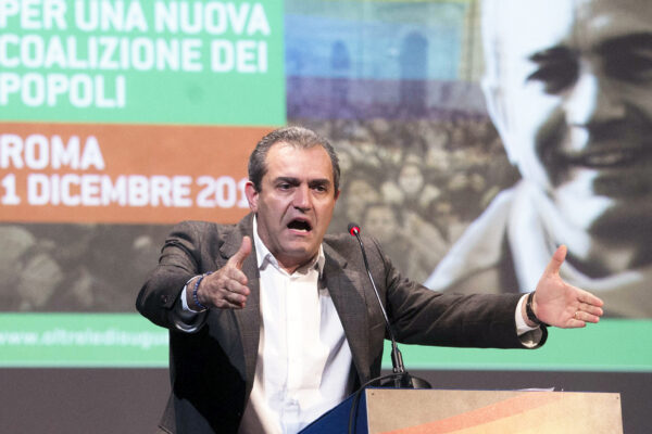 De Magistris si traveste da Salvini e 'condanna' Morisi per qualche voto in più