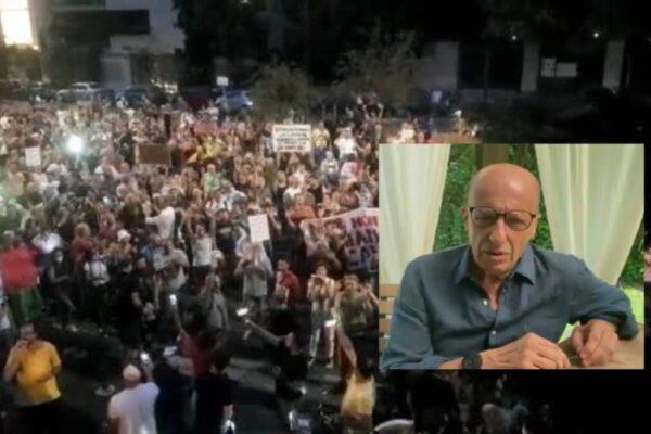 """Protesta No Vax alla sede di """"Libero"""" contro """"giornalisti terroristi"""" e Sallusti: """"Insultano 140mila morti"""""""