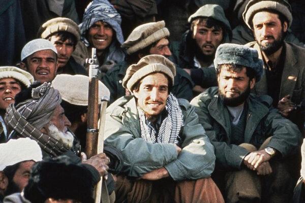"""Chi era il comandante Ahmad Massoud, il """"Leone del Panjshir"""" ucciso dai terroristi il 9 settembre 2001"""