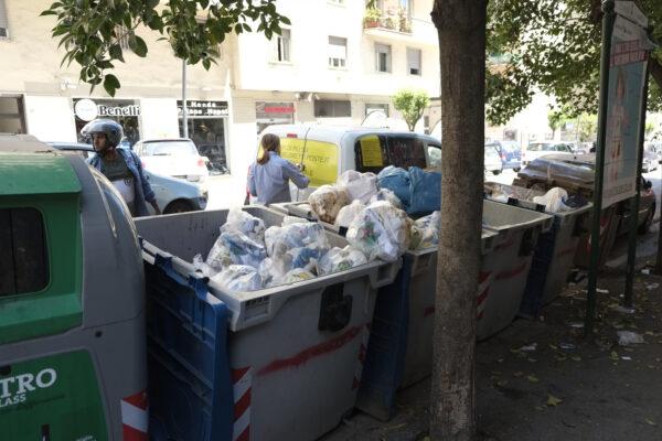 Emergenza rifiuti infinita, Napoli sommersa dalla spazzatura