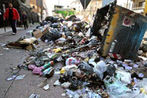 Rifiuti, Napoli spende più di tutti ma resta una discarica
