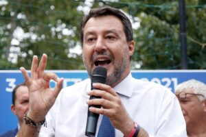 Lega spaccata sul Green Pass, metà dei deputati non vota il decreto bis: Salvini sconfessa Fedriga sui no-vax
