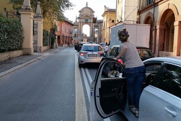 Mattia Santori, la 'Sardina' contromano per denunciare il traffico di Bologna: lo scivolone social del candidato col PD