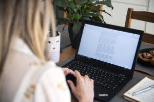 LAVORO DA CASA TELELAVORO TELE SMART WORKING PC COMPUTER POSTAZIONE OCCUPAZIONE FEMMINILE LAVORATRICE