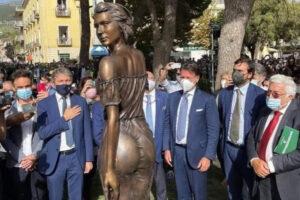 """La spigolatrice di Sapri, il caso della statua e la polemica sessista: """"Un'offesa alle donne"""""""