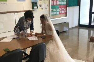 Professoressa firma l'incarico vestita da sposa: lo scatto virale simbolo del precariato nella scuola