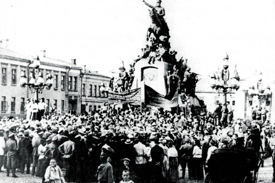 1917 – Rivoluzione Russa. Piazza di Pietroburgo con rivoluzionari attorno alla statua dello zar