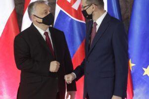 L'Ue valuta sanzioni per la Polonia, fondi europei 'arma' contro Varsavia: Orban (con Salvini e Meloni) la difende