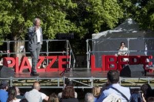 """Montesano si traveste da Grillo e prova ad aizzare la folla contro la """"dittatura sanitaria"""""""