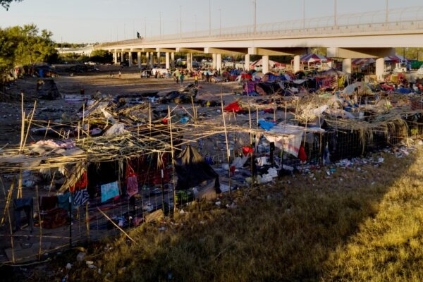 Creare muri contro i migranti è assurdo e disumano