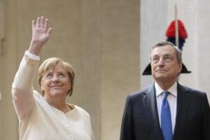 """Merkel passa il testimone a Draghi: """"Sei tu il capo dell'Europa"""""""