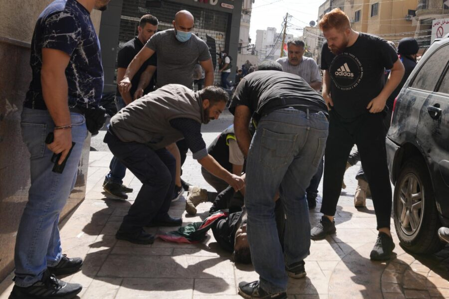 Carneficina in strada a Beirut, cecchini sparano sui manifestanti: 6 morti e 30 feriti