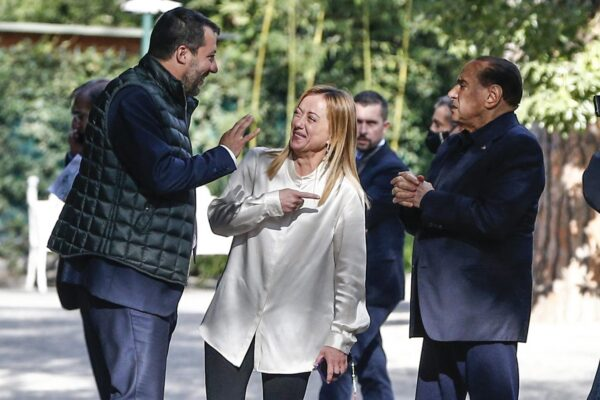 La farsa del centrodestra unito in Italia e diviso in Ue