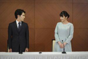 """Giappone, la principessa Mako sposa il """"civile"""" Komuro e rinuncia a oltre 1 milione di euro"""