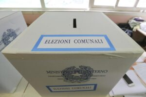 Foto LaPresse – Marco Cantile Napoli, 05/06/2016 Politica I candidati a sindaco di Napoli al voto Nella foto: un urna elettorale