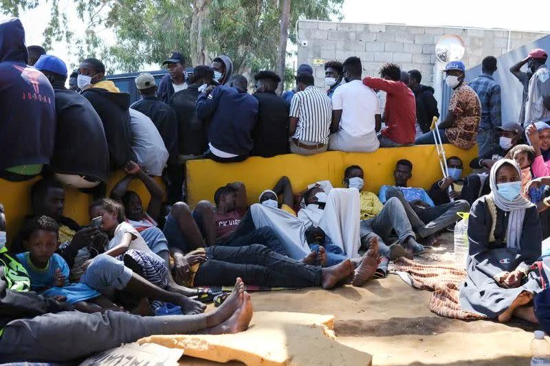 La via Crucis dei migranti che strisciano nel sangue: folla di disperati a Tripoli