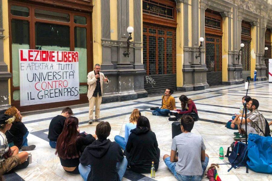 """""""Obbligo green pass ricorda gerarchi nazisti"""", la lezione all'aperto del prof Guido Cappelli: decine di studenti"""