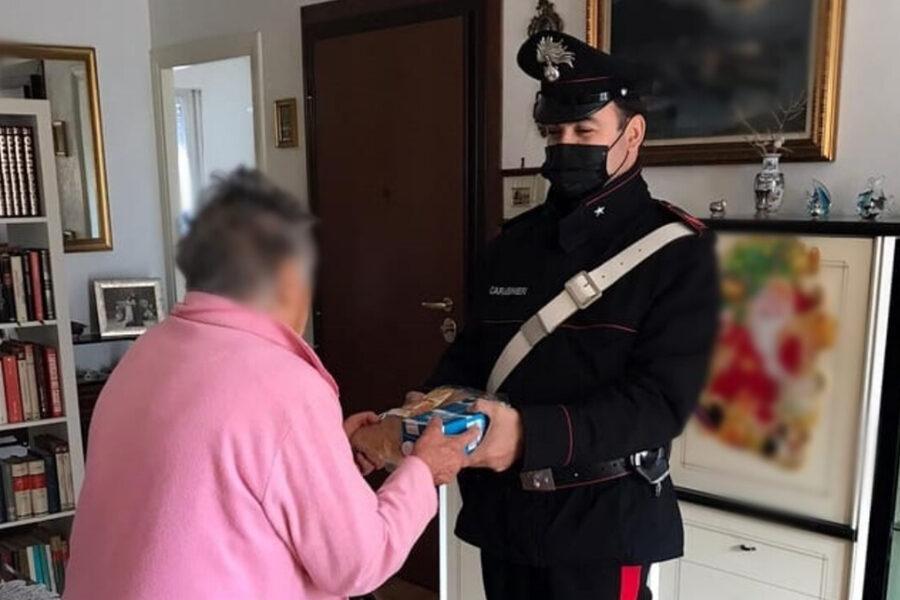 """Nonnina chiama in lacrime i carabinieri: """"Non ho nulla da mangiare"""" e i militari le fanno la spesa"""