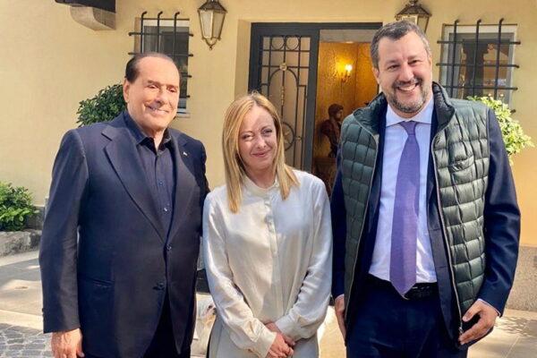 Il centrodestra firma la tregua ma scoppia una rivolta in Forza Italia