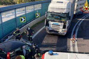 Frontale tragico in tangenziale, un morto dopo lo scontro tra auto e camion