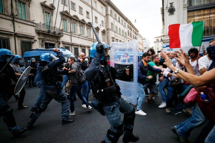 No Green Pass in piazza, è guerriglia nel centro di Roma: tensioni a Palazzo Chigi e attacco alla CGIL