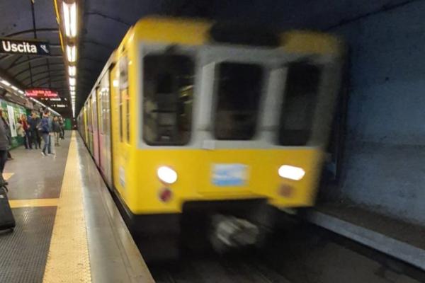 Si lancia contro treno in corsa, uomo muore in ospedale: bloccata circolazione della metro a Napoli